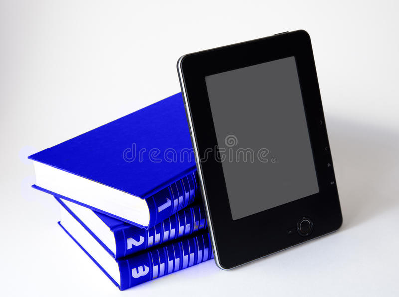 Drie boeken met elektronische lezer stock foto