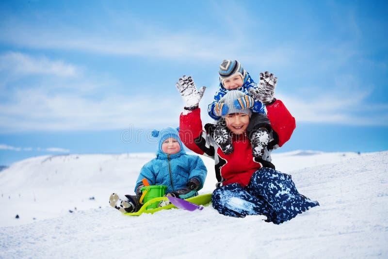 Drie broers die pret op de winterdag hebben royalty-vrije stock foto's