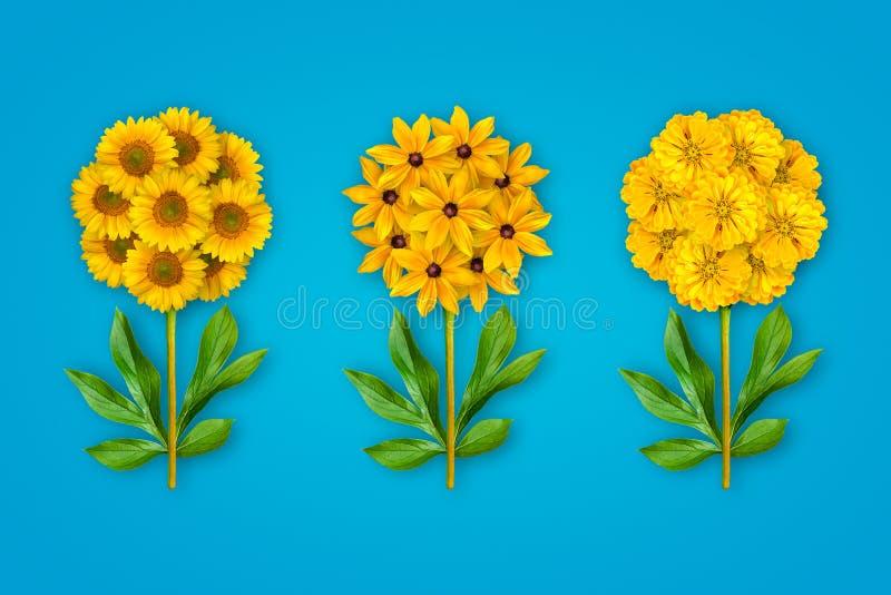 Drie buitensporige bloemen op een heldere blauwe achtergrond De samenstelling van gele zonnebloemen, Zinnia en rudbecky Kunstvoor royalty-vrije stock foto