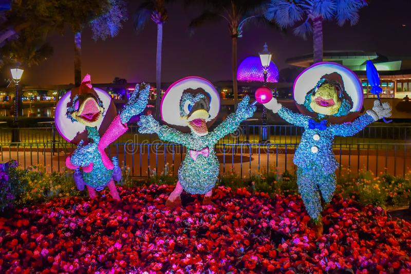 Drie Caballeros Jose Carioca, Donald Duck en Panchito Pistoles topiaries op kleurrijk landschap in Epcot in Walt Disney World stock foto