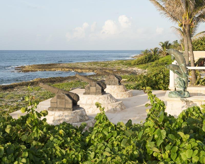 Drie canonbeeldhouwwerken en standbeeld van de bronsdolfijn op de kust van Fatima Bay stock afbeelding