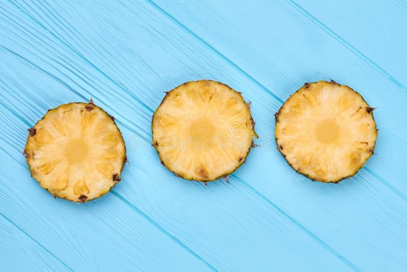 Drie cirkelplakken op ananas stock foto