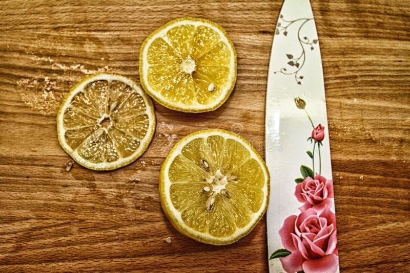 Drie citroenen met mes royalty-vrije stock foto