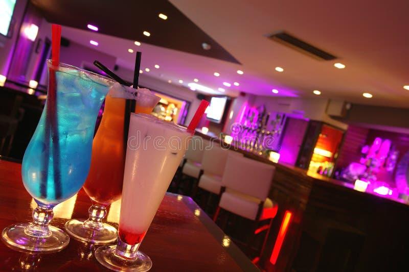 Drie Cocktails in een Staaf stock foto