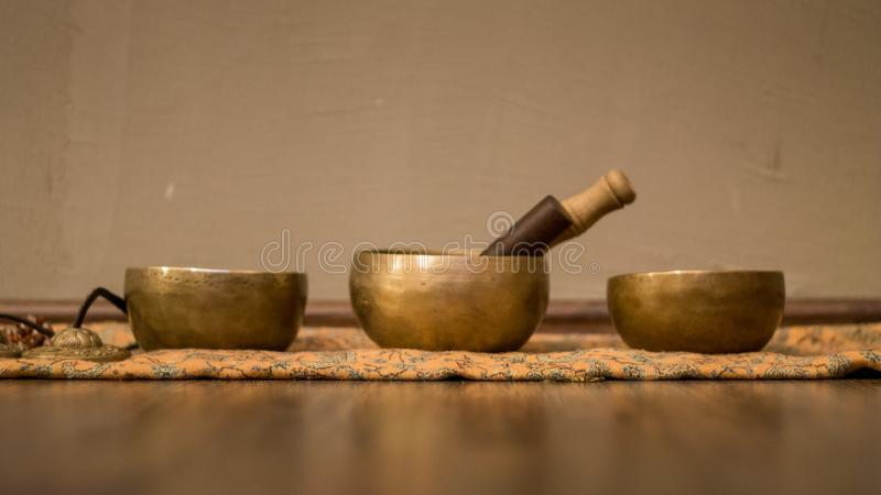 Drie correcte kommen op houten vloer stock afbeelding