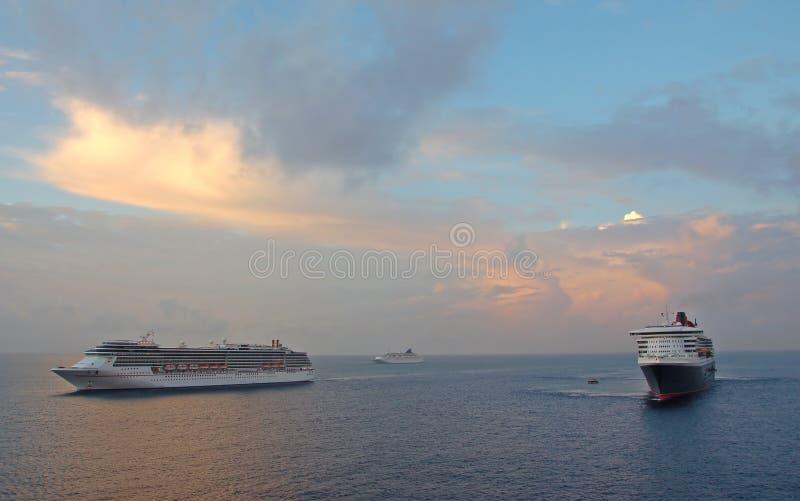 Drie cruiseschepen bij dageraad stock fotografie
