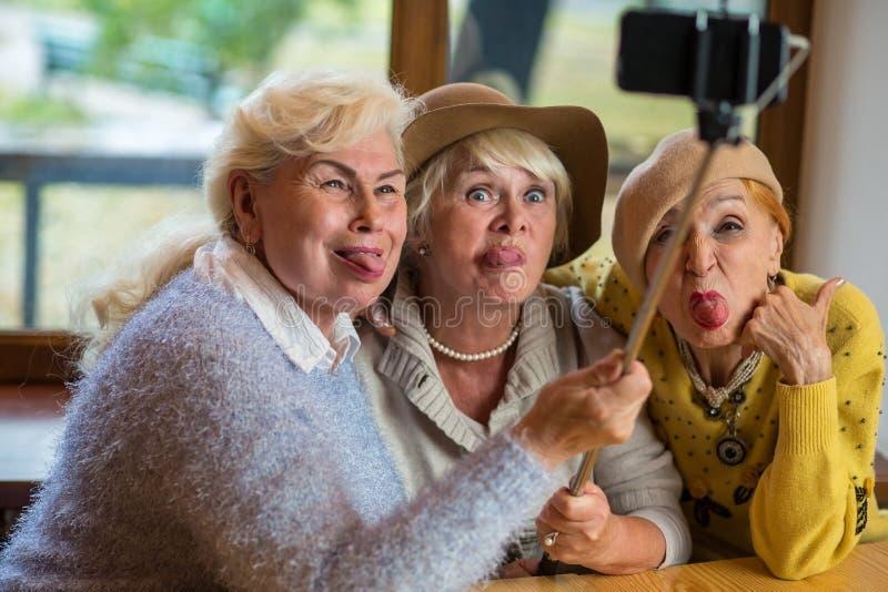Drie dames die selfie nemen stock foto's