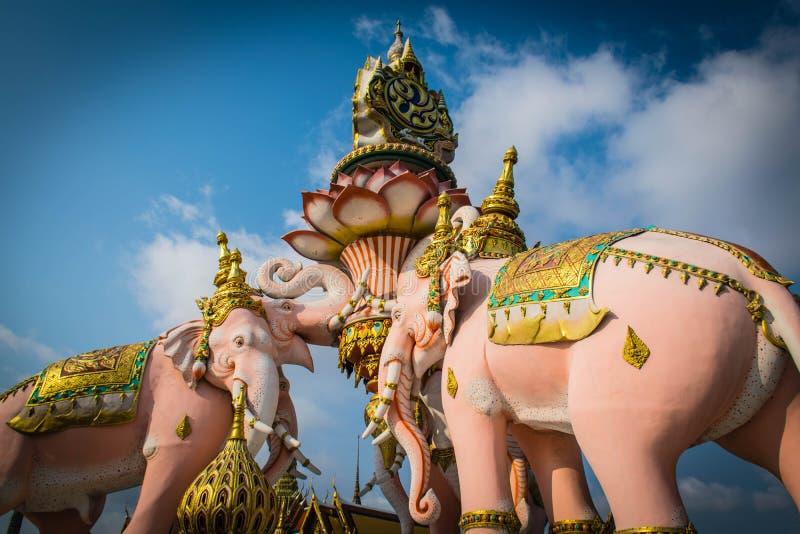 Drie de standbeelden en de symbolenkoning van Erawan van Thailand in Wat Phra Kaew in Bangkok, Thailand royalty-vrije stock afbeelding