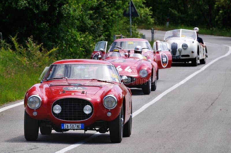 Drie de witte Jaguar klassieke auto's van rode Ferrari en van een royalty-vrije stock foto