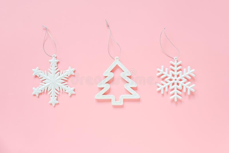 Drie de witte sneeuwvlok van de Kerstmisdecoratie, boomstuk speelgoed op roze achtergrond Gelukkige nieuwe jaar van concepten het royalty-vrije stock foto