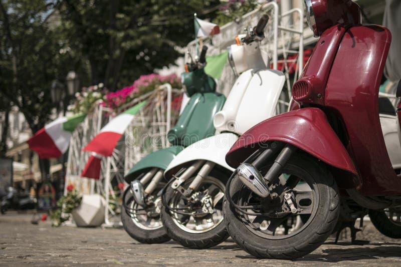 Drie die bromfietsen in kleuren van de Italiaanse vlag worden geschilderd royalty-vrije stock foto