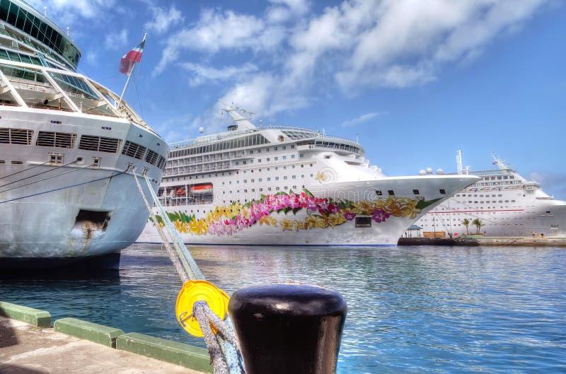 Drie die Cruiseschepen in Nassau in de Bahamas worden gedokt royalty-vrije stock afbeelding