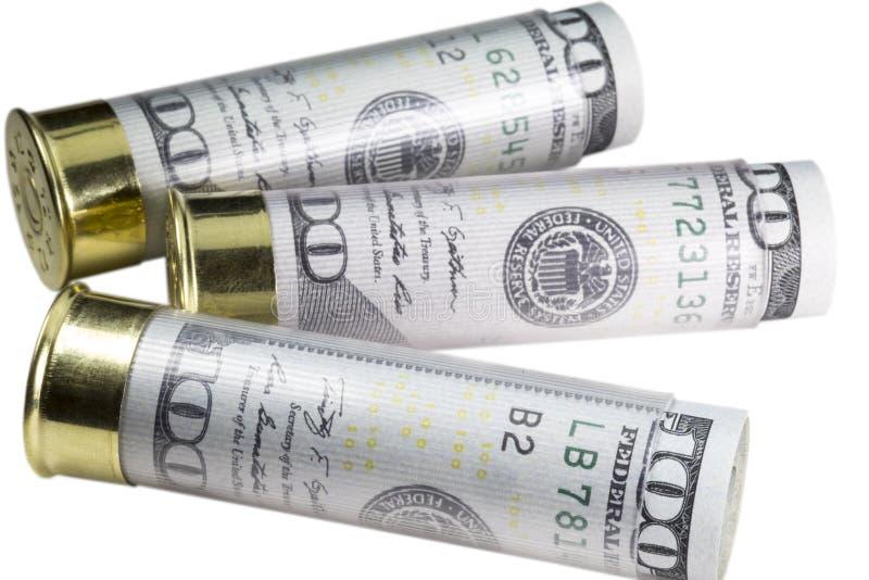 Drie 12 die patronen van het kaliberjachtgeweer met honderd dollarsrekeningen worden geladen Geïsoleerdj op witte achtergrond royalty-vrije stock afbeelding