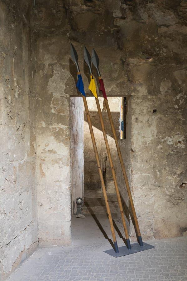Drie die spears in één van de passages in de ruïnes van de vesting in de oude stad van Acre in Israël wordt geïnstalleerd royalty-vrije stock fotografie
