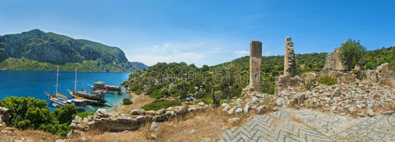 Drie die toeristenboten bij eiland met oud ruïnespanorama worden vastgelegd stock fotografie