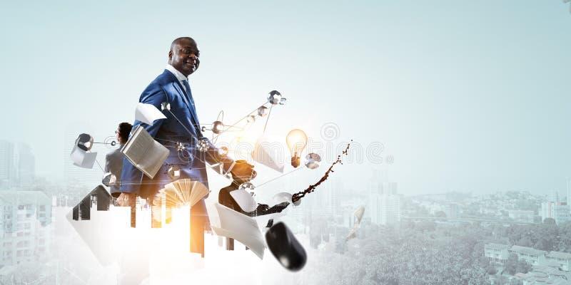 Drie die zakenlieden in het werk proces door bureauvoorwerpen en gemorste koffie op een cityscape achtergrond wordt omringd stock afbeelding