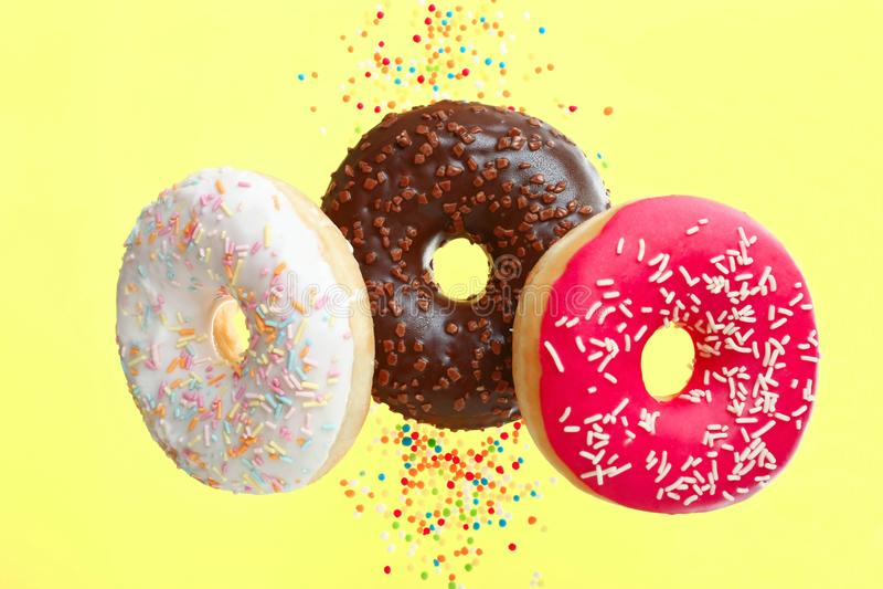 Drie donuts met een poeder royalty-vrije stock afbeeldingen