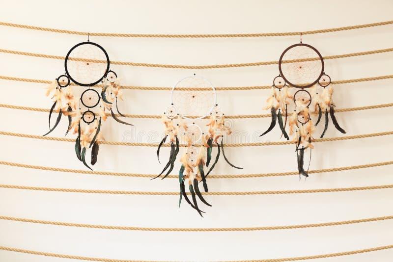 Drie dreamcatchers die op kabel hangen royalty-vrije illustratie