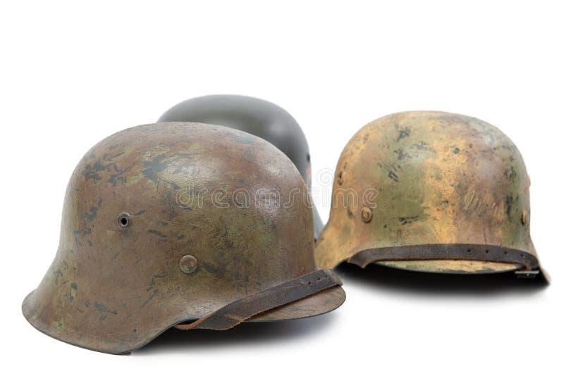 Drie Duitse Wereldoorlog Twee de militaire helmen van Stahlhelm op witte achtergrond royalty-vrije stock afbeeldingen