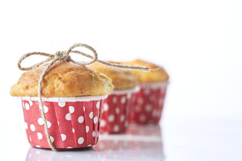 Drie eigengemaakte cupcakes op een witte achtergrond, macro geïsoleerde fotografie, royalty-vrije stock afbeelding