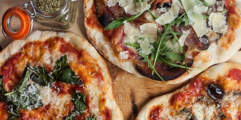 Drie eigengemaakte pizza's stock afbeeldingen
