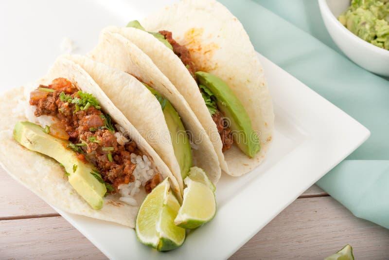 Drie eigengemaakte zachte taco's met gehakt royalty-vrije stock afbeeldingen