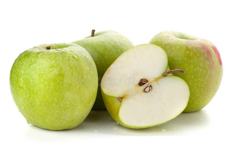 Drie en halve rijpe appelen stock foto's