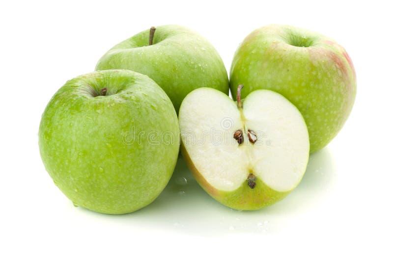 Drie en halve rijpe appelen stock afbeelding