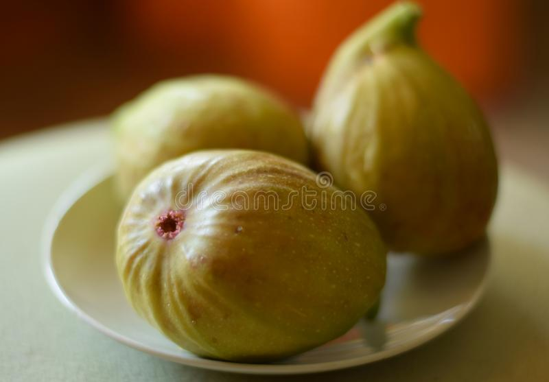 Drie fig. op een plaat royalty-vrije stock fotografie