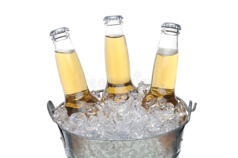Drie Flessen van het Bier in de emmer van het Ijs stock foto
