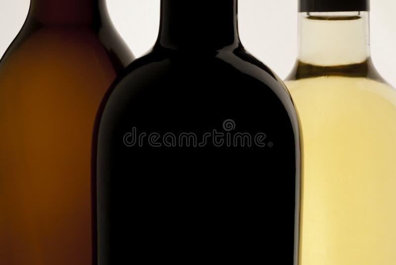 Drie flessen wijn, witte achtergrond, rode wijn en witte wijn royalty-vrije stock fotografie