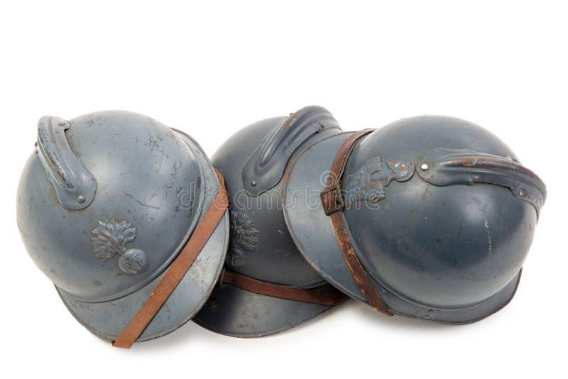 Drie Franse militaire helmen van de Eerste Wereldoorlog op witte achtergrond stock foto