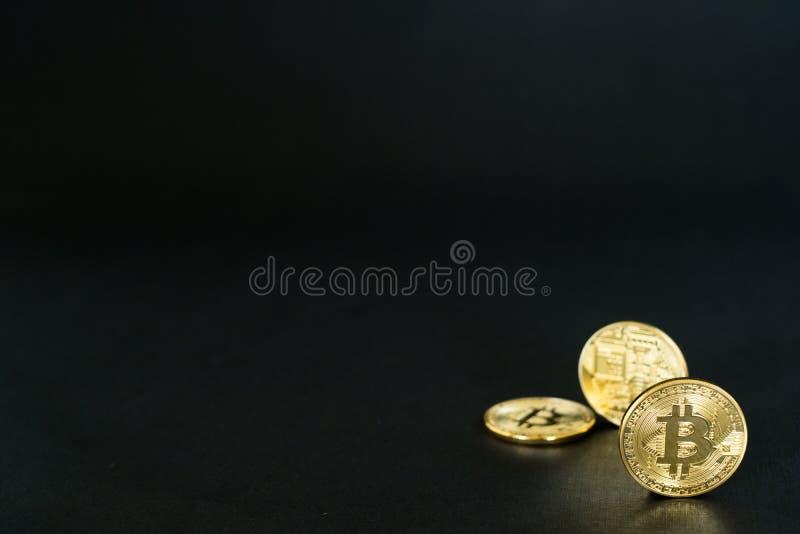 Drie fysieke gouden Bitcoins op zwarte achtergrond met exemplaarruimte royalty-vrije stock afbeeldingen