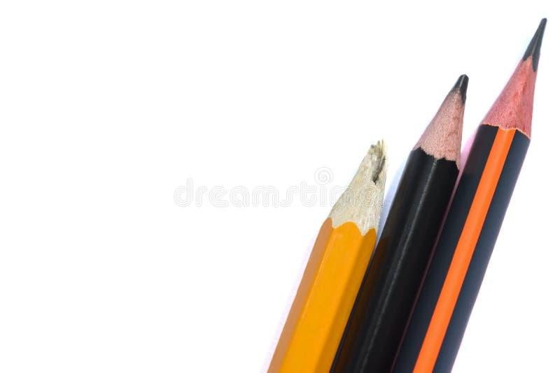 Drie geïsoleerde grafiet eenvoudige potloden op een wit close-up als achtergrond Gebroken potlood royalty-vrije stock foto's