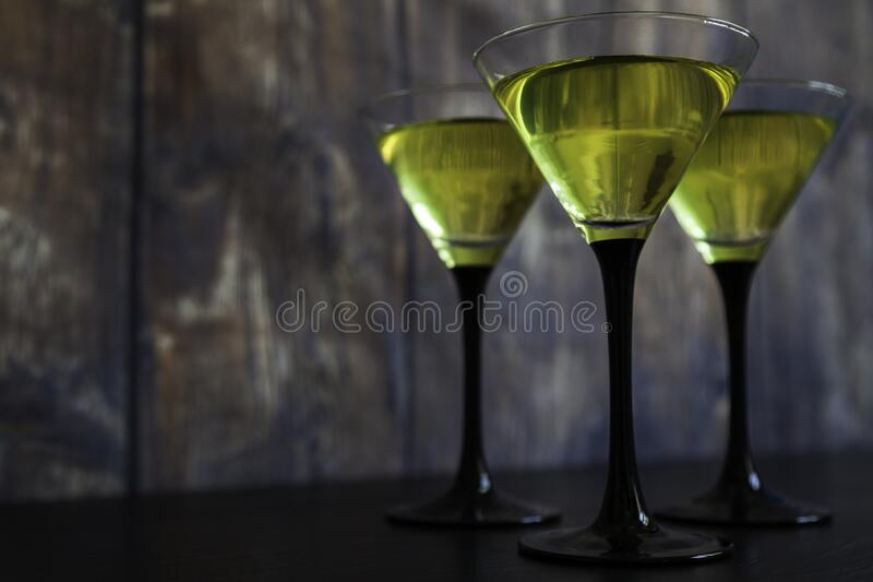 Drie gele cocktails op oud hout stock foto