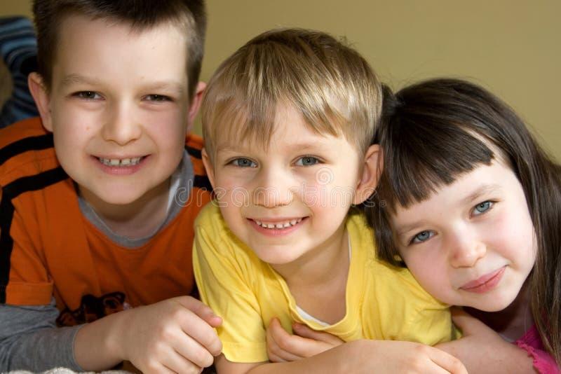Drie Gelukkige, Enthousiaste Jonge geitjes stock afbeeldingen