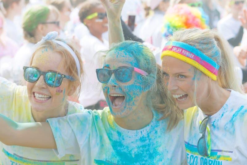Drie gelukkige meisjes die zonglazen dragen die een selfie nemen stock afbeelding