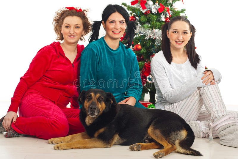 Drie gelukkige vriendenvrouwen en hond stock foto's