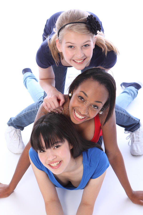 Drie gemengde vrienden die van het rasmeisje pret hebben samen royalty-vrije stock afbeelding
