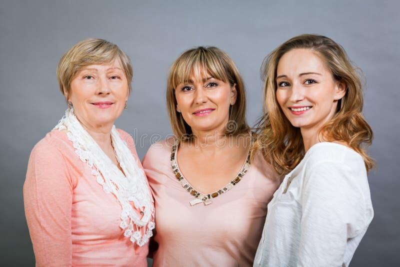 Drie generaties met een opvallende gelijkenis stock afbeelding