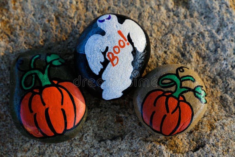 Drie geschilderde kleine rotsen voor Halloween stock fotografie