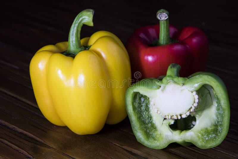Drie Gesneden Groene paprika's met één stock afbeelding