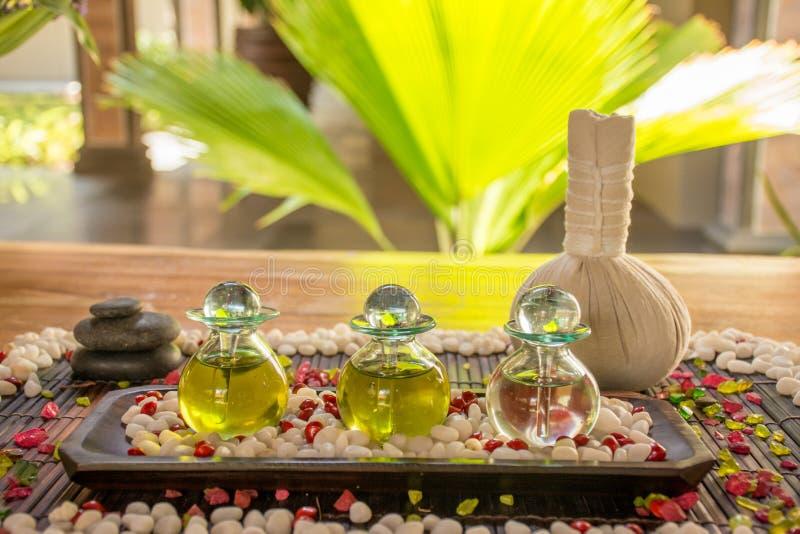 Drie glasflessen met aromatisch geur en kruid op de houten lijst royalty-vrije stock foto's