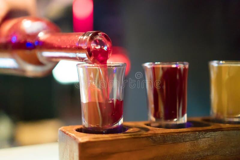 Drie glazen met koude wodka en glazen kola stock afbeeldingen