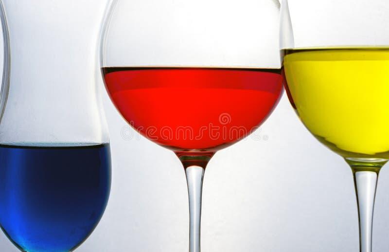 Drie glazen met primaire kleuren vloeistof royalty-vrije stock fotografie
