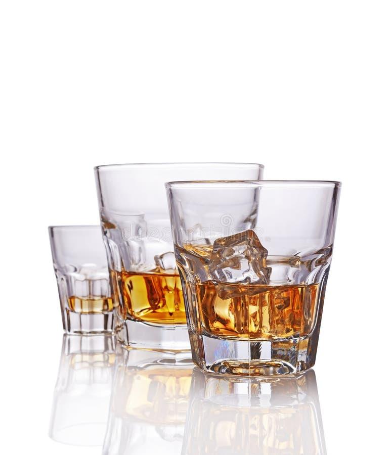 Drie glazen sterke alcoholische drank Schotse whisky met ijsblokje royalty-vrije stock fotografie