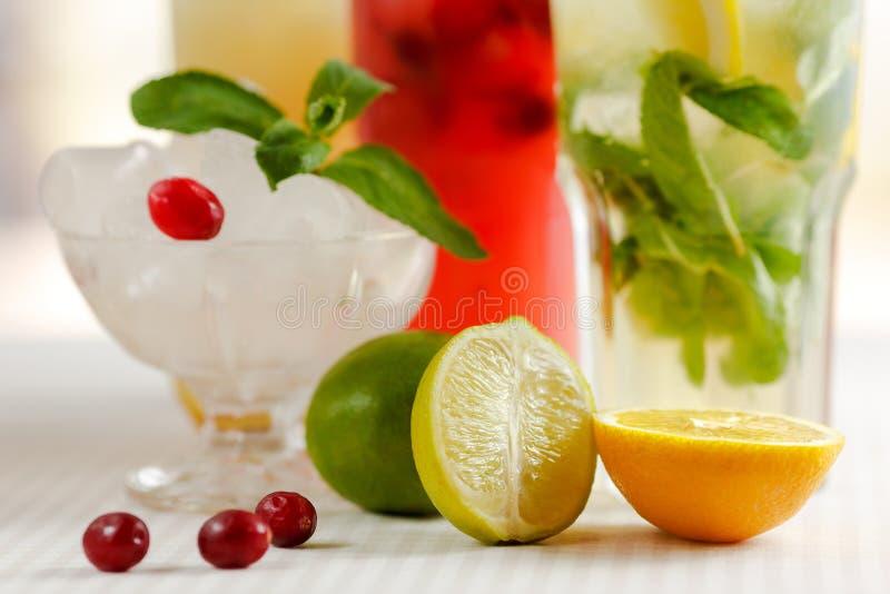 Drie glazen van het verfrissen van drank Mohito royalty-vrije stock afbeelding