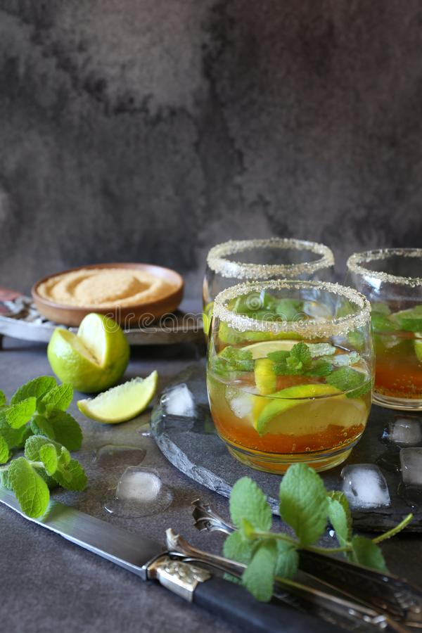 Drie glazen van koude het verfrissen zich mojito van de de zomerlimonade royalty-vrije stock afbeeldingen