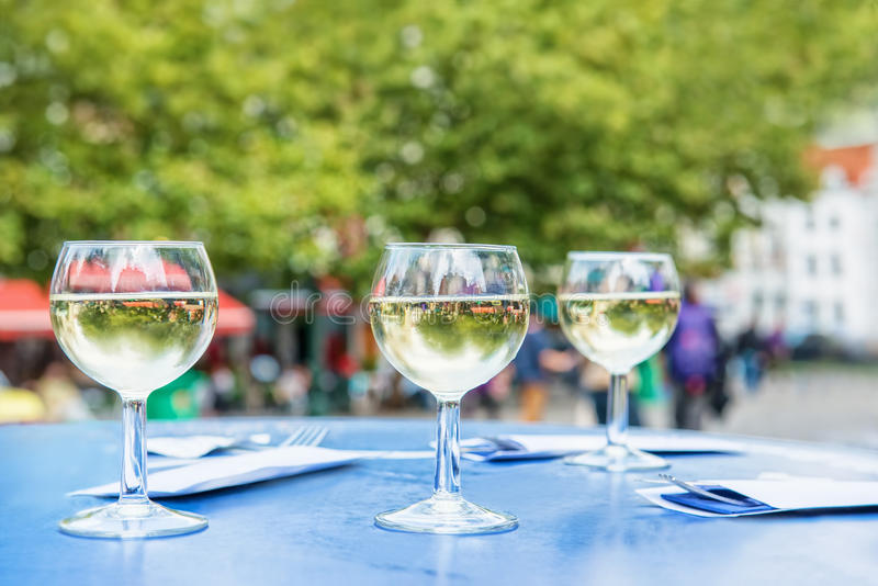 Drie glazen witte wijn stock afbeeldingen