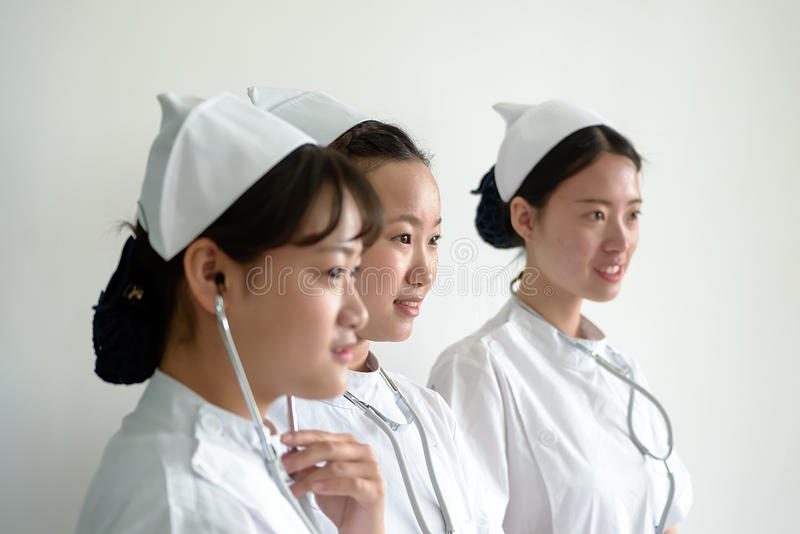 Drie glimlachende medische vrouwelijke studenten stock afbeelding